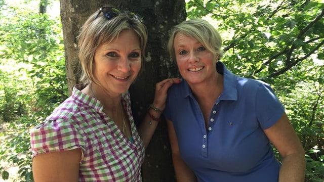 Die Nationalrätinnen Maya Graf und Elisabeth Schneider-Schneiter unterwegs auf einer Wanderung.