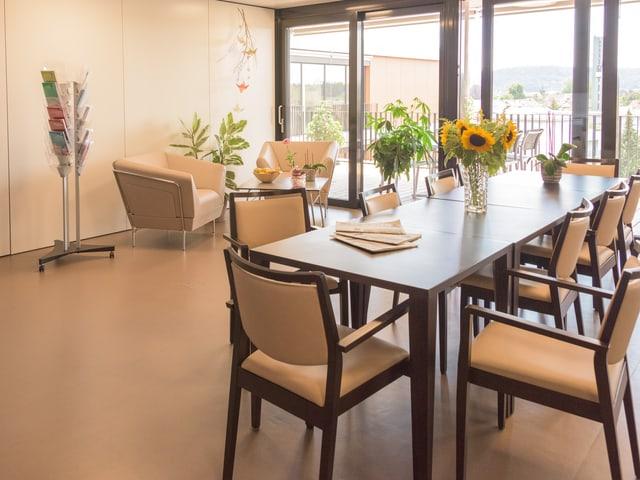 Raum mit Tisch und Stühlen.