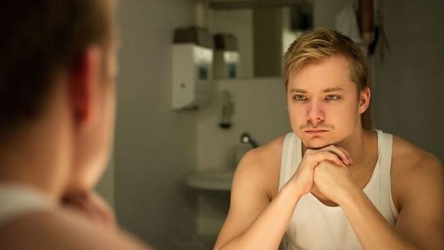 Sven Schelker vor dem Spiegel.