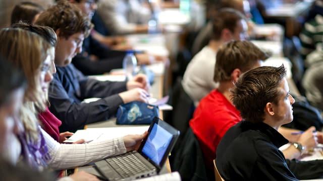Studenten und Studentinnen im Hörsaal