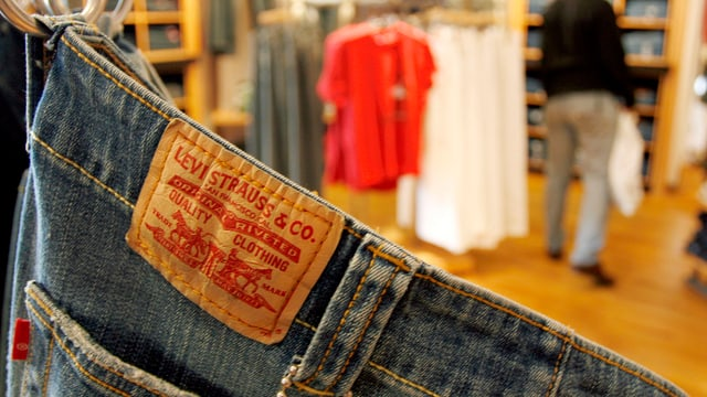 Levi Strauss Jeans hängt an einem Kleiderhaken.