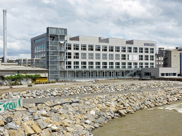 Das Gebäude der Hochschule für Design und Kunst liegt direkt an der Emme im ehemaligen Gebäude der Viscosuisse.