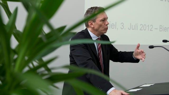 Martin Dumermuth an einem Rednerpult.