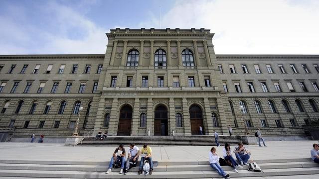 Die bekannte Fassade der ETH in der Stadt Zürich.
