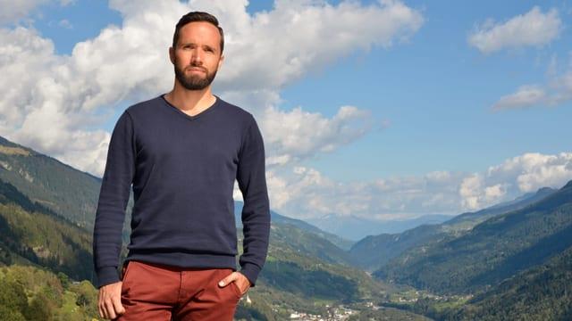 Mario Pacchioli in seiner alten Heimat in blauem Pullover und roter Hose.