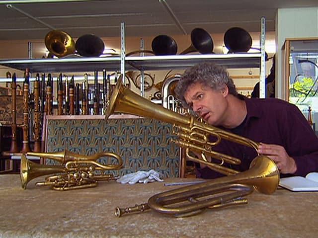 Musikwissenschaftler Adrian von Steiger mit Blasinstrumenten aus der Sammlung Burri.