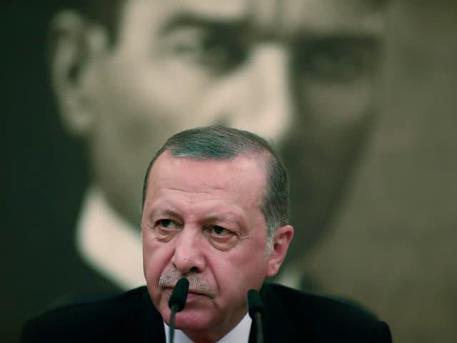 Erdogan spricht vor einem Portrait Atatürks, August 2017