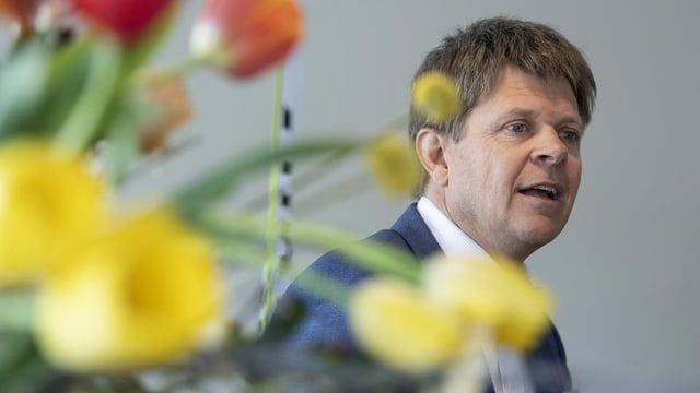 GLP-Präsident Jürg Grossen hinter einem Blumenstrauss
