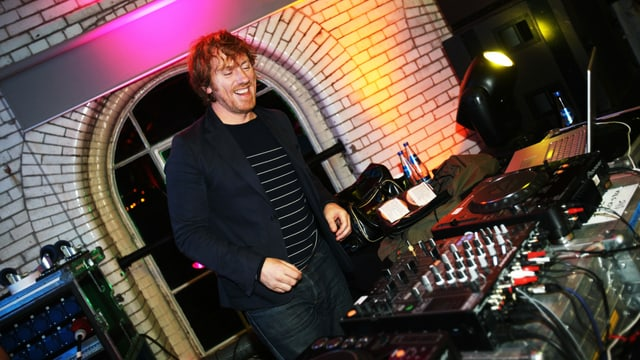 Mann vor DJ-Pult