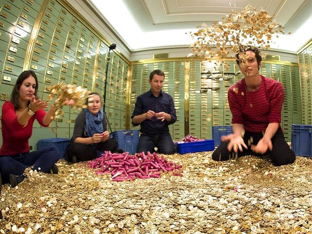 Die Initianten sitzen in einem Tresorraum der ehem. Volksbank in Basel und packen Fünfräppler aus Papierrollen aus.