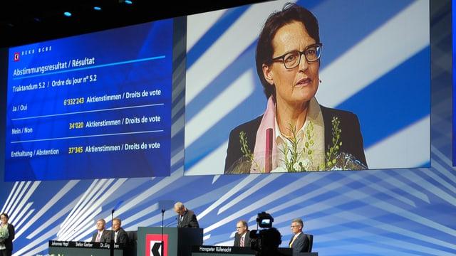 Antoinette Hunziker, neue Präsidentin der Berner Kantonalbank, auf der Grossleinwand.