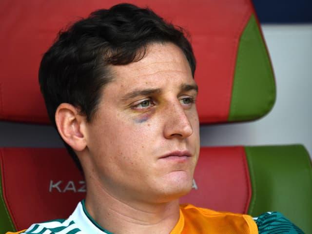 Sebastian Rudy mit blauem Auge auf der Bank.