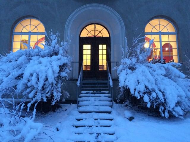 In'autra vart dal Hotel en l'enviern, vista sin 3 fanestras illuminadas.