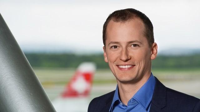 MIchael Weinmann vor Flugzeug