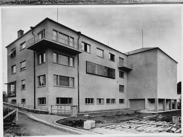 Ein Gebäude im Jahr 1933 am Brunnenhof Zürich.