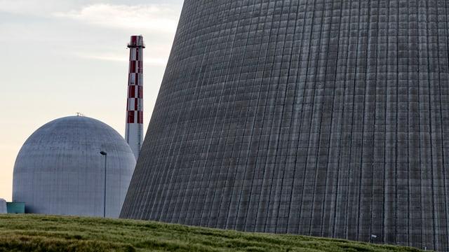 L'ovra nucleara Leibstadt en il chantun Argovia. A dretga la tur da sfradentar il svapur d'aua da l'implant.