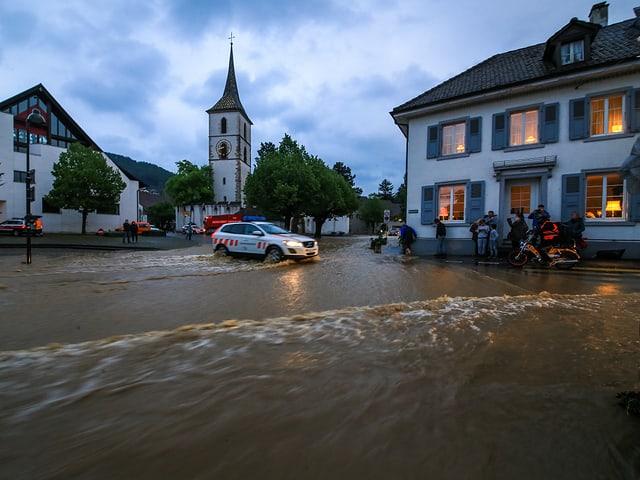 Überfluteter Kirchplatz in Muttenz (BL).