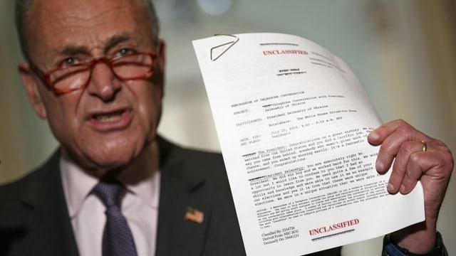 Der demokratische Senator Chuck Schumer mit einer Kopie des transkribierten Gesprächs zwischen Trump und Selenski.