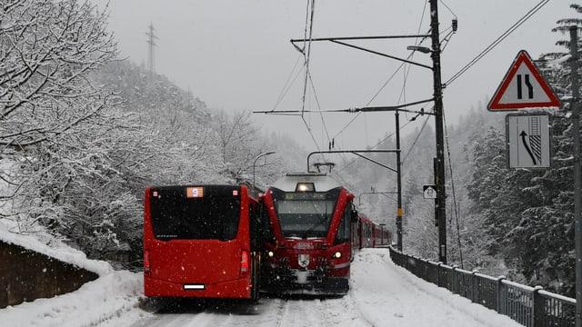 Igl è vegnì stretg tranter il bus da la citad ed il tren d'Arosa.