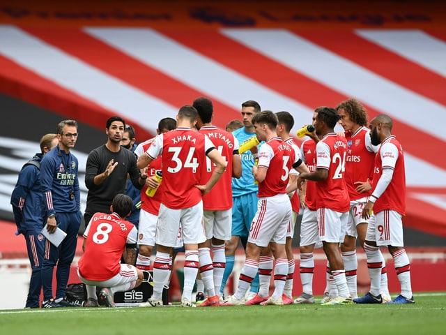 Arsenal bei einer Besprechung