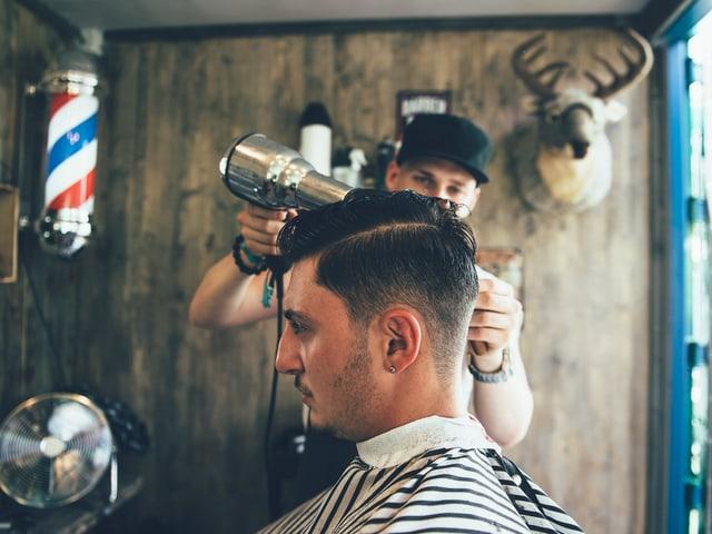 Alessandro (24) kriegt einen neuen Haarschnitt.