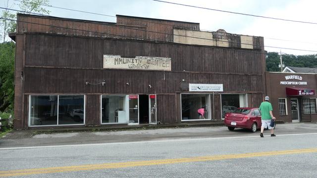 Aussenansicht auf ein grösstenteils leer stehendes Geschäftsgebäude.