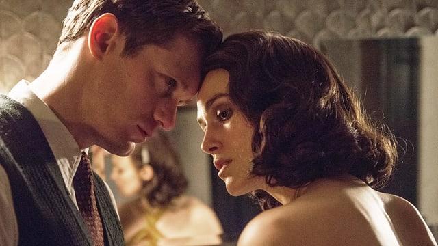 Alexander Skarsgård kurz bevor er Schauspielkollegin Keira Knightley küsst.