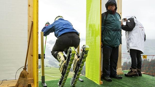Ein Grasskifahrer verlässt das Starthäuschen beim Start zum Training.