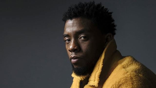 Ein junger Schwarzer in gelbem Mantel.