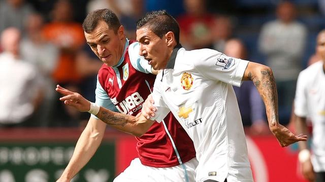 Angel Di Maria versucht gegen einen Spieler von Burnley schneller an den Ball zu kommen.
