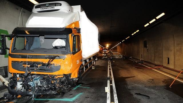 Ein Auto ist frontal mit einem Lastwagen zusammengestossen und geriet in Brand.