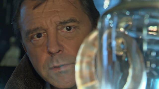 Silvio Denz' Gesicht hinter Glas.