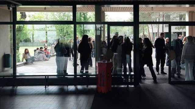 Oberstufenschüler vor einem Schulhaus