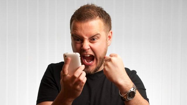 Ein Konsument schreit seinen Frust über einen Anruf ins Telefon.