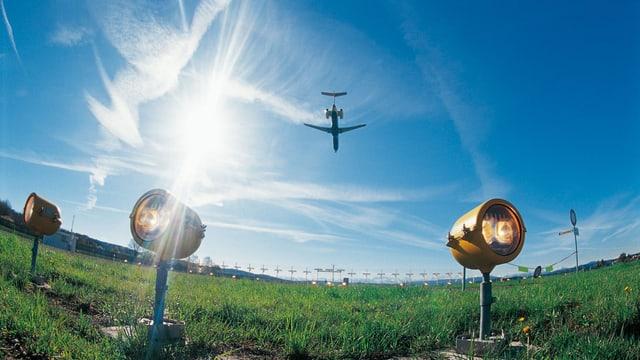 Ein Flugzeug über dem Boden am Zürcher Flughafen.