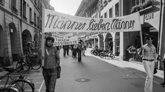 Demonstranten mit Banner «Männer lieben Männer»