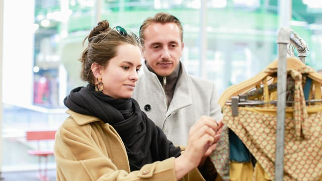 Frau und Mann beim Shoppen