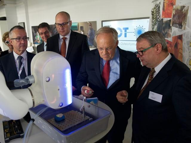Bundesrat Schenider Ammann sieht sich neuste Technik an