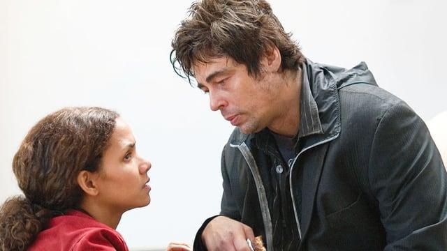 Eine Frau redet auf einen Mann ein.