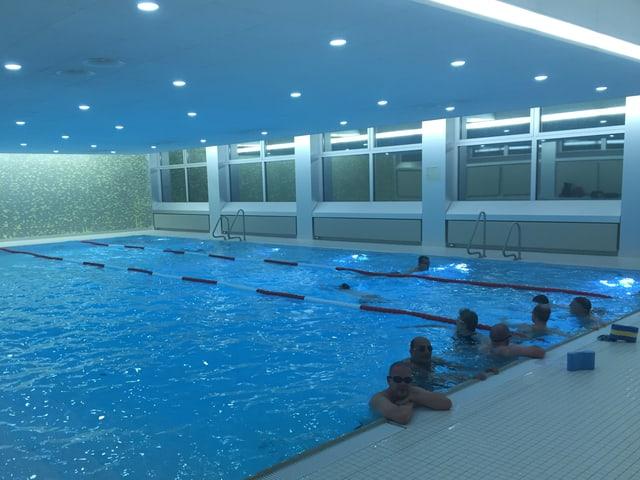 Hallenbad mit homosexuellen Schwimmern