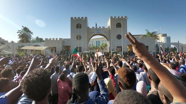 Protestierende vor der Zentrale der Streitkräfte in der sudanesischen Hauptstadt Khartum