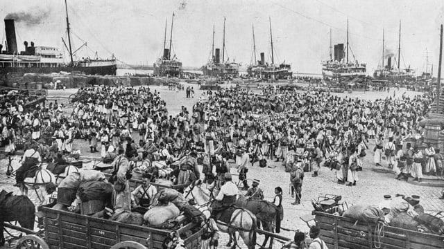 Hunderte Menschen am Hafen von Algier