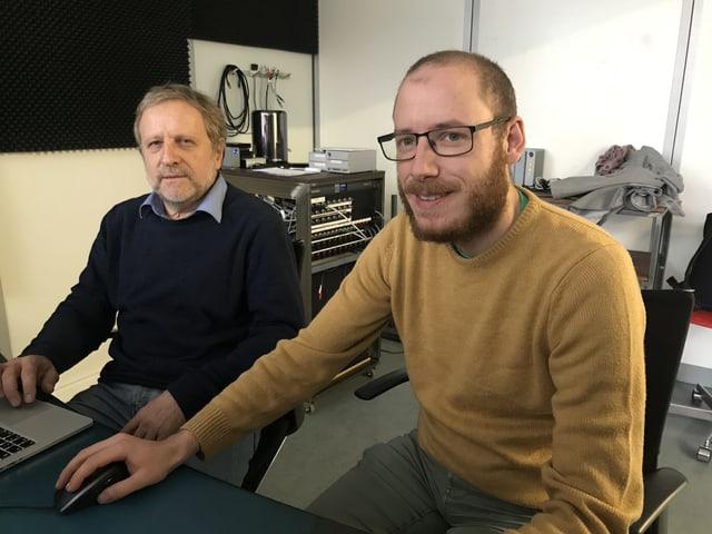Hansmartin Siegrist und Andreas Weber sitzen am Computer