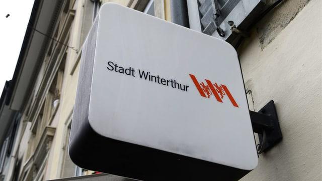 Leuchtlogo der Stadt Winterthur an einer Hausfassade in der Altstadt