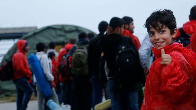 Migranten kommen im Flüchtlingscamp in Opatavac an (20.9.15).