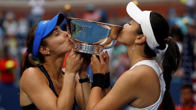 Martina Hingis und Yung-Jan Chan küssen die Trophäe nach ihrem Sieg am US Open