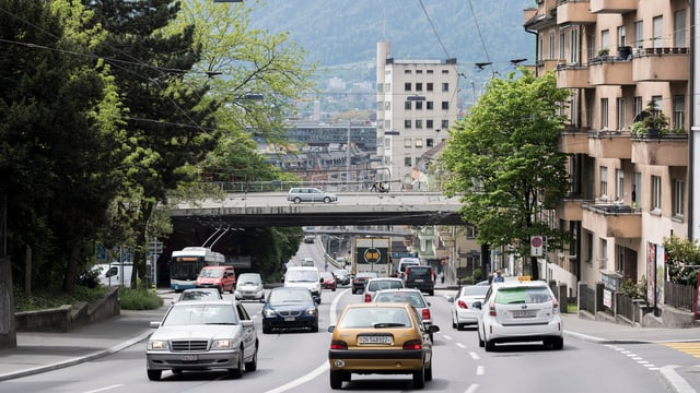Eine Strasse mit vier Spuren ist überfüllt mit Autos.