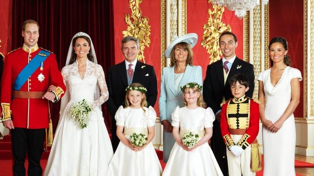 Prinz William, Herzogin Catherine, Michael Middleton, Carol Middleton, James, Middleton und Pippa Middleton lachen auf dem Hochzeitsfoto.