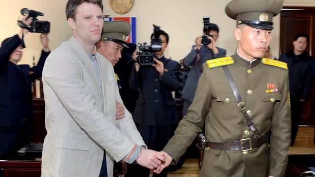 Otto Warmbier und zwei nordkoreanische Soldaten.