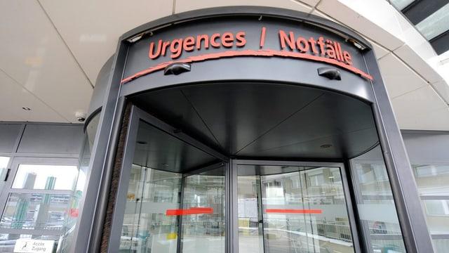 Eine Drehtüre mit der Aufschrift «Urgences / Notfälle»